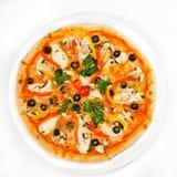 Pizza avec le poulet et les champignons Image stock