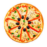Pizza avec le poulet, le poivre et les olives Photographie stock