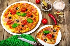 Pizza avec le prosciutto, les tomates et le mozzarella image stock