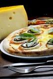 Pizza avec le rucula et le fromage photos stock