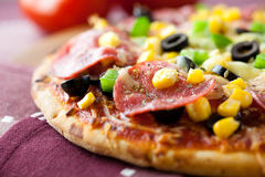 Pizza avec le salami Images stock