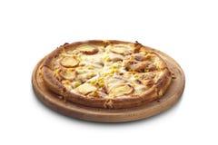 Pizza avec le salami, le fromage et le maïs sur le panneau de craie Photographie stock libre de droits