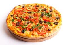 Pizza avec le salami, les tomates, le paprika et les champignons image libre de droits