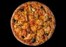 Pizza avec le srimp de fruits de mer sur le noir Photographie stock libre de droits