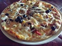 Pizza avec les écrimages supplémentaires photographie stock libre de droits