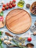 Pizza avec les champignons, le salami et les tomates photographie stock libre de droits