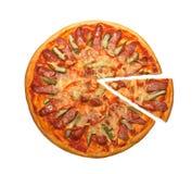 Pizza avec les concombres et la saucisse Photo stock