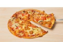 Pizza avec les légumes découpés en tranches sur le bois Photos stock