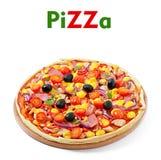 Pizza avec les légumes, le poulet, le jambon et les olives Photographie stock libre de droits