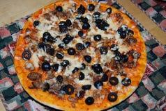 Pizza avec les olives et le fromage sur une serviette Photographie stock libre de droits