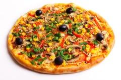 Pizza avec les olives, le maïs et les champignons image libre de droits