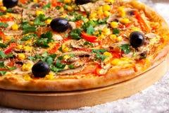 Pizza avec les olives, le maïs et les champignons photo stock