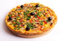 Pizza avec les olives, le maïs et les champignons photographie stock