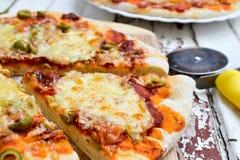 Pizza avec les pommes de terre et le lard et la pizza avec du fromage Photo libre de droits