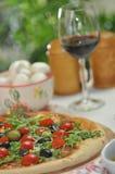 Pizza avec les tomates-cerises et l'arugula Image stock
