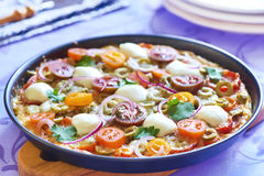Pizza avec les tomates-cerises, le poivre, les olives et le mozzarella Photographie stock libre de droits