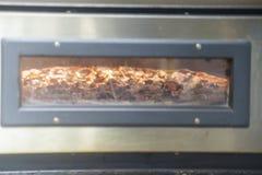 Pizza-Backen im Ofen Stockfoto