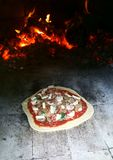 Pizza in Baksteenoven (Horno) stock fotografie