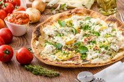 Pizza Bianco con i rosmarini ed il Pancetta Fotografia Stock