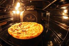 Pizza binnen oven royalty-vrije stock foto's
