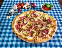 Pizza blanca del jamón y del jalapeno foto de archivo libre de regalías