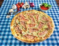 Pizza blanche de jambon et de fromage image stock
