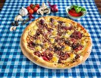 Pizza blanche de salami avec du fromage photographie stock