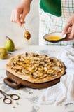 Pizza bruinante femelle de poire avec du miel Image stock