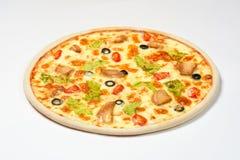 Pizza Caesar mit Huhn, Kirsche und Oliven auf einem weißen Hintergrund Lizenzfreies Stockfoto