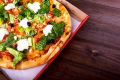 Pizza Caesar na białym drewnianym tle z kopii przestrzenią Odgórny widok Zdjęcia Stock