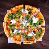 Pizza Caesar na białym drewnianym tle Odgórny widok Fotografia Stock