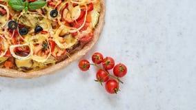 Pizza calda al forno fresca su fondo bianco con lo spazio della copia dalla destra Pizza vegetariana con le verdure ed il basilic Fotografia Stock Libera da Diritti