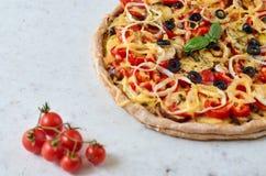 Pizza calda al forno fresca su fondo bianco con lo spazio della copia dalla parte di sinistra Pizza vegetariana con le verdure ed Fotografia Stock