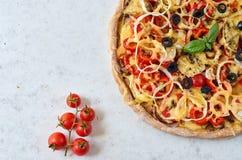Pizza calda al forno fresca su fondo bianco con lo spazio della copia dalla parte di sinistra Pizza vegetariana con le verdure ed Immagine Stock