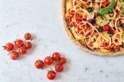 Pizza calda al forno fresca su fondo bianco con lo spazio della copia dalla parte di sinistra Pizza vegetariana con le verdure ed Immagine Stock Libera da Diritti