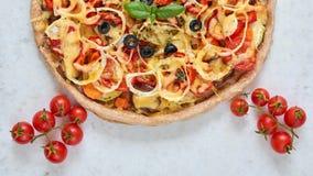 Pizza calda al forno fresca su fondo bianco Pizza vegetariana con le verdure ed il basilico Decorato con i pomodori ciliegia Immagini Stock Libere da Diritti