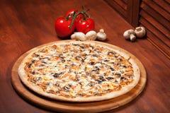 Pizza caliente Imágenes de archivo libres de regalías