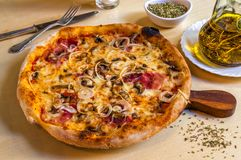 Pizza caliente con el jamón de Parma, las cebollas y el queso del mozarella imagen de archivo libre de regalías