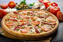 Pizza caliente con las verduras Imagenes de archivo