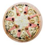 Pizza caliente deliciosa con los salmones Foto de archivo libre de regalías