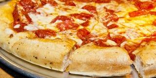 Pizza caliente lista para servir Fotos de archivo libres de regalías