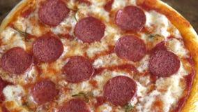 Pizza caliente Queso y salsa de ebullición con las rebanadas de salami metrajes
