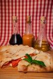 Pizza calzone mit Soße und Butter Lizenzfreies Stockbild