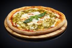 Pizza Caprese avec le basilic photo libre de droits