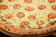 Pizza Caprese com manjericão fotos de stock