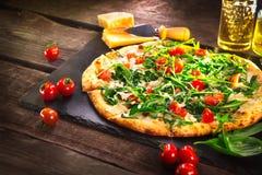 Pizza Caprese com os tomates da rúcula, do queijo, do iogurte e de cereja imagens de stock
