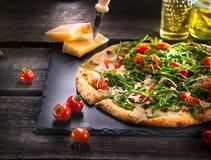 Pizza Caprese com os tomates da rúcula, do queijo, do iogurte e de cereja imagem de stock
