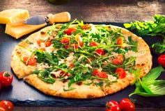 Pizza Caprese med arugula, ost, yoghurt och körsbärsröda tomater royaltyfri bild
