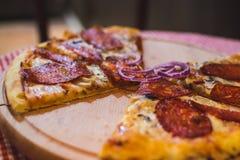 Pizza Capricciosa, alimentos de preparación rápida Foto de archivo libre de regalías