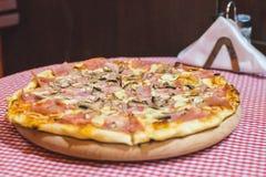 Pizza Capricciosa, alimentos de preparación rápida Fotografía de archivo libre de regalías